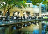 Tanken Sie ein wenig Sonne auf der Terrasse des Hotel Golden Tulip Ampt van Nijkerk.