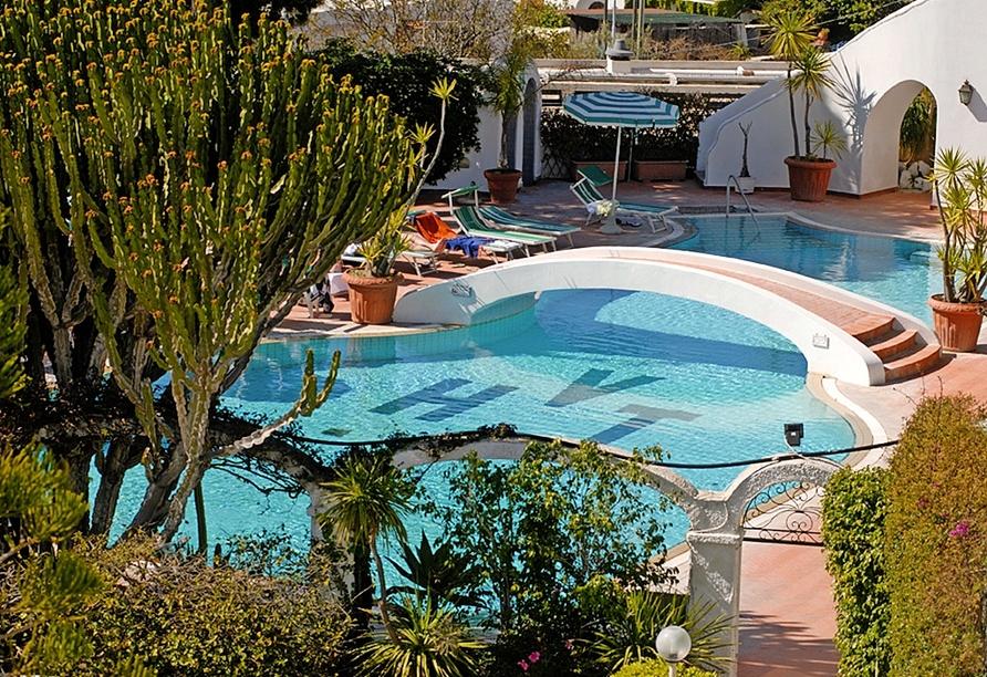 Ziehen Sie Ihre Bahnen im Thermal-Außenpool des Hotels Terme Villa Teresa.