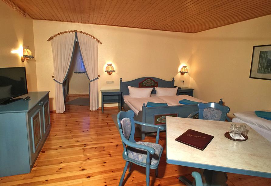 Geräumiger Doppelzimmer mit großem Bett und gemütlicher Sitzecke.