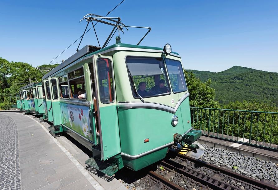 Mit der nahegelegenen Drachenfelsbahn gelangen Sie ganz gemütlich zum Schloss Drachenburg.