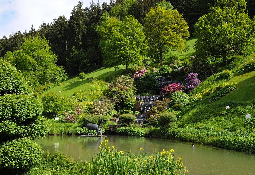 Der idyllische Hotelgarten ist ein Ort der Ruhe und Entspannung.