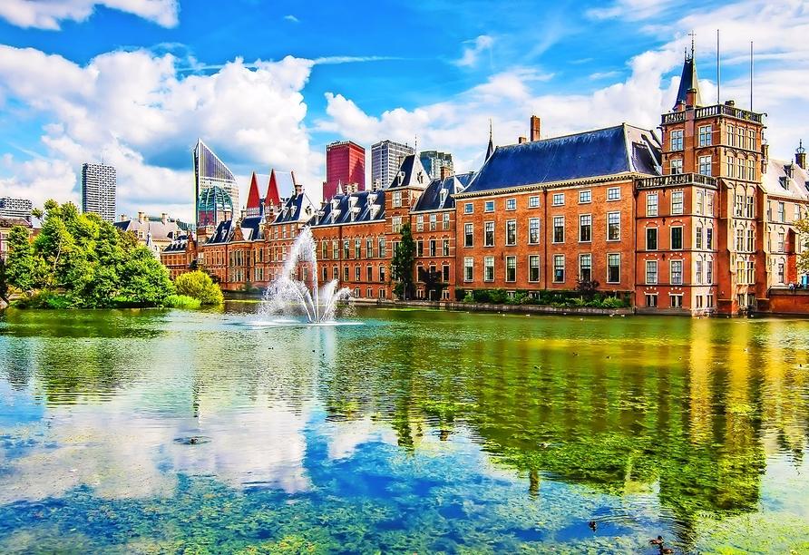 Nur unweit von Ihrem Hotel entfernt, befindet sich das faszinierende Parlamentsgebäude mit Binnenhof.