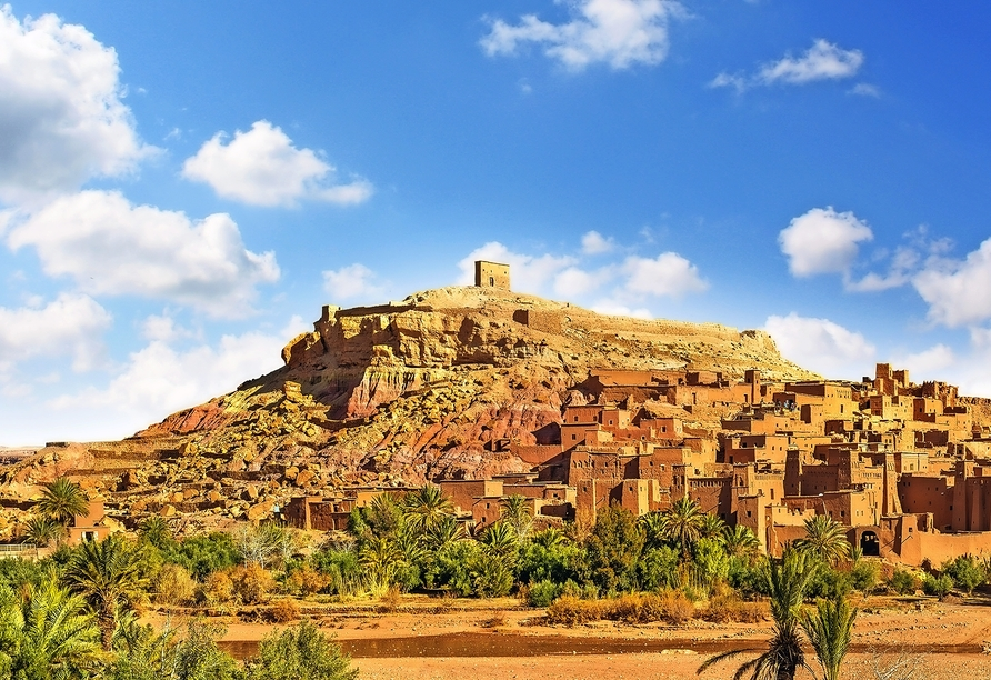 Spazieren Sie über die Strandpromenade von Agadir.