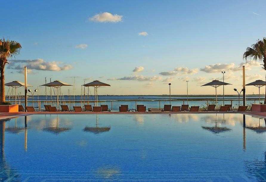 Der Außenpool vom Real Marina Hotel & Spa mit Blick aufs Meer lädt zum Verweilen ein.