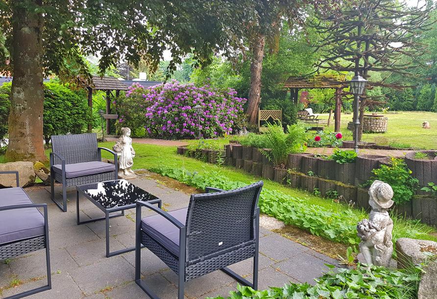 Die schöne Gartenanlage vom PRIMA Hotel Harzromantik lädt zum Verweilen ein.