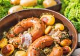Bregenwurst mit Grünkohl und Röstkartoffeln.