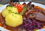 Ein Klassiker der regionalen Küche: Thüringer Klöße mit Sauerbraten und Rokohl.