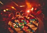 Mit bunten Smarties und Wunderkerzen dekorierter Schokoladenkuchen.