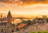Traumhafter Sonnenuntergang über dem Hamburger Hafen.