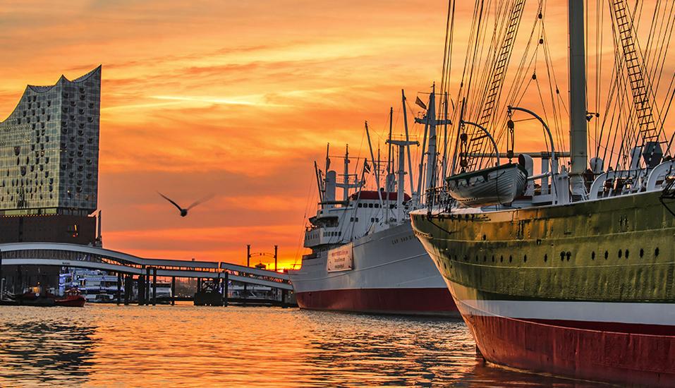 Malerischer Sonnenuntergang über dem Hamburger Hafen.