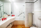 Beispiel eines Badezimmers im Leonardo Hotel Munich Arabellapark