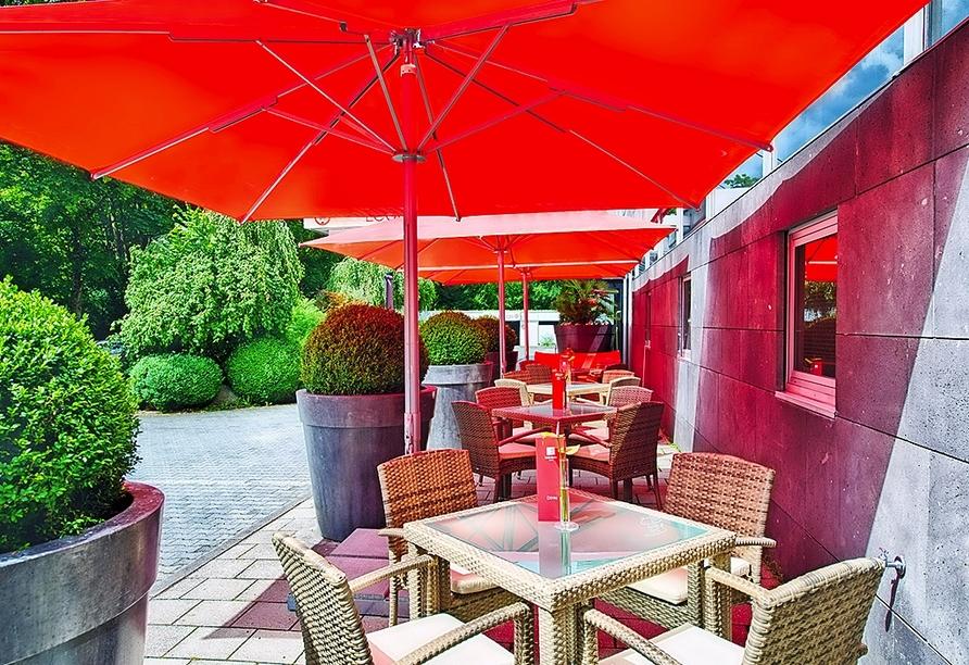 Entspannen Sie auf der Terrasse des Leonardo Hotels Munich Arabellapark.
