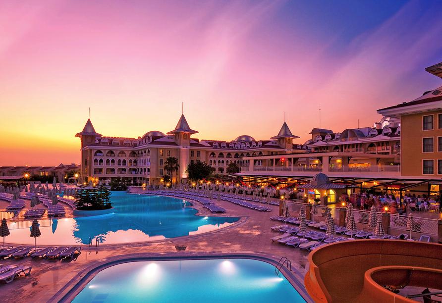Traumhafter Sonnenuntergang über dem Hotel Side Star Resort.