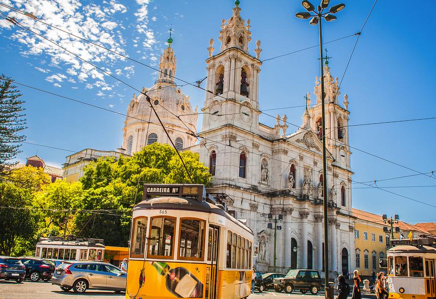 Die gelben Straßenbahnen gehören zum Stadtbild Lissabons.