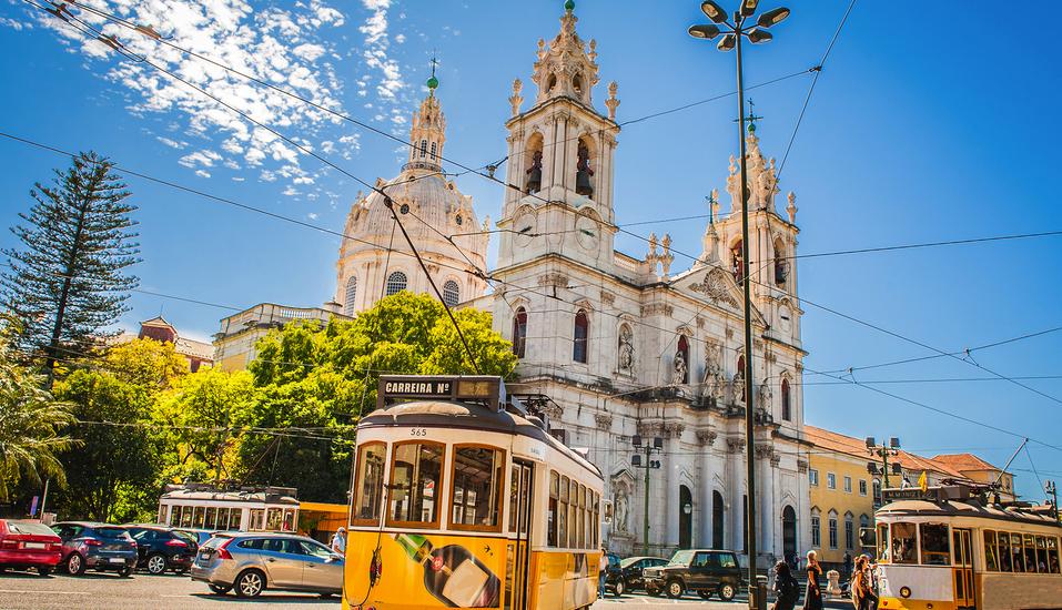Die gelben Straßenbahnen prägen das Stadtbild Lissabons.