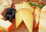 Kosten Sie vom leckeren Mahón-Menorca – dem traditionellen Hartkäse der Insel.