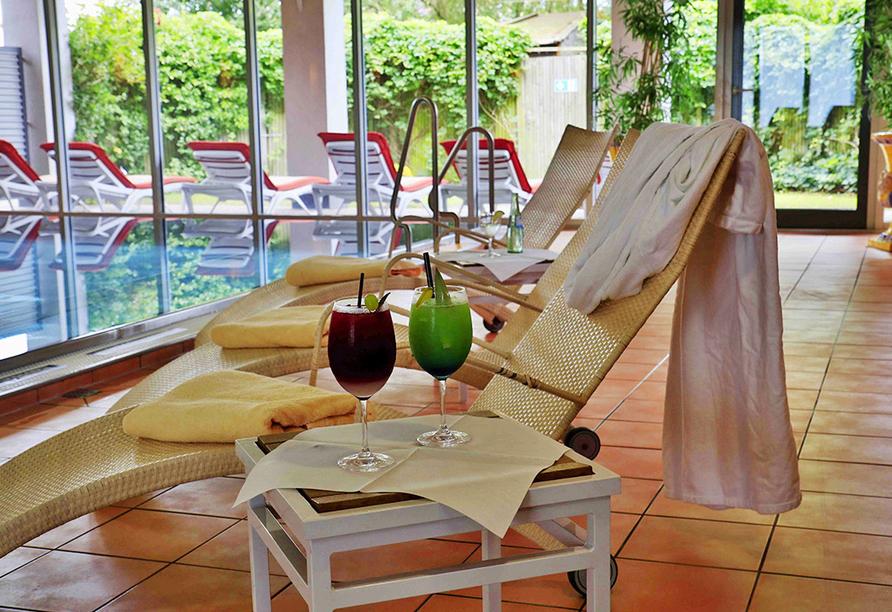 Ruheliegen im Wellnessbereich mit bunten Cocktails.