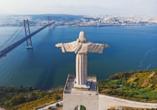 Blick auf die beeindruckende Cristo Rei Statue und die Ponte Vasco da Gama in Lissabon