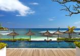 Vom Infinity-Pool aus schauen Sie direkt auf das azurblaue Meer.
