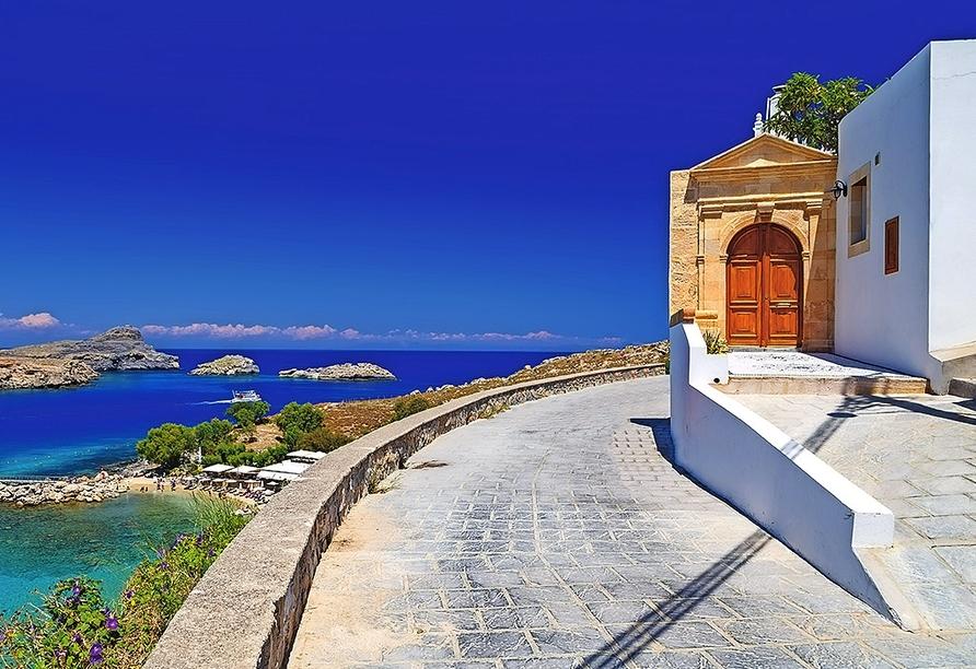 Lindos begeistert unter anderem mit typisch griechischen weißen Häusern.