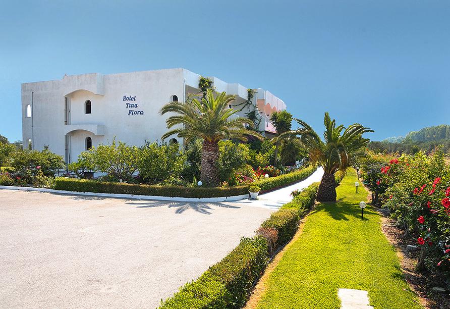 Außenansicht mit Einfahrt vom Hotel Tina Flora in Kolymbia
