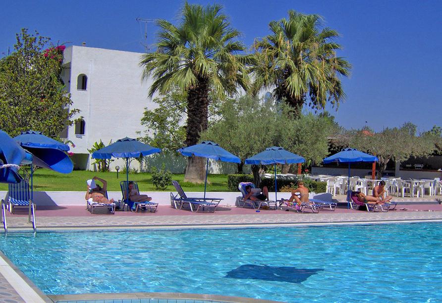 Außenpool mit Sonnenliegen und Hotelgästen