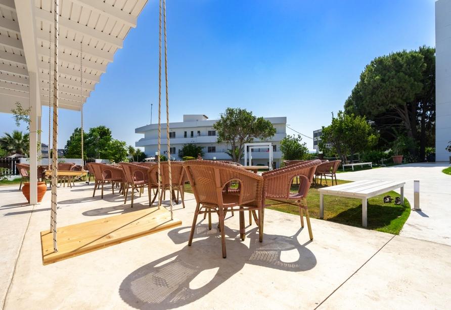 Genießen Sie die wohltuende Sonne im Außenbereich des Restaurants