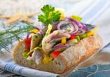 Ein Klassiker an der Ostseeküste: Matjessalat im Brötchen.
