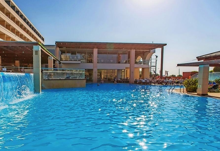 Nehmen Sie sich eine Auszeit am Pool des Hotels.