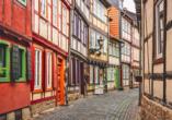 Verwinkelte Gassen und bunte Fachwerkhäuser in Halberstadt.