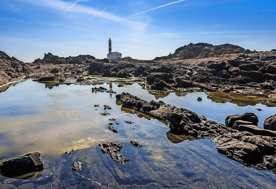 Das Felsenkap Favàritx begeistert mit seiner eindrucksvollen Landschaft aus schwarzem Schiefer.