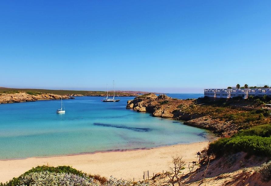 Der Strand des Urlaubsortes Son Parc auf Menorca lässt Sie den Alltag schnell vergessen.