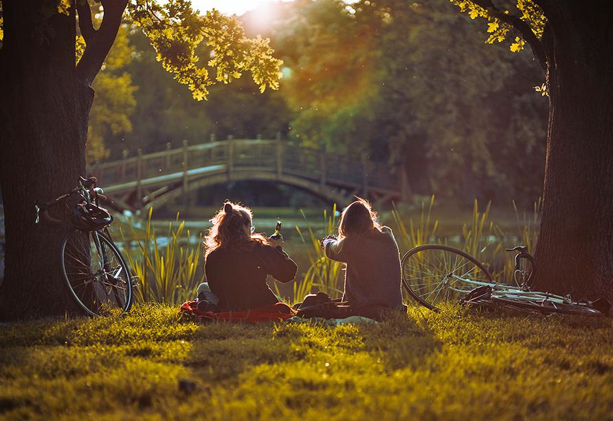 Zwei Freundinnen mit dem Fahrrad im Park.