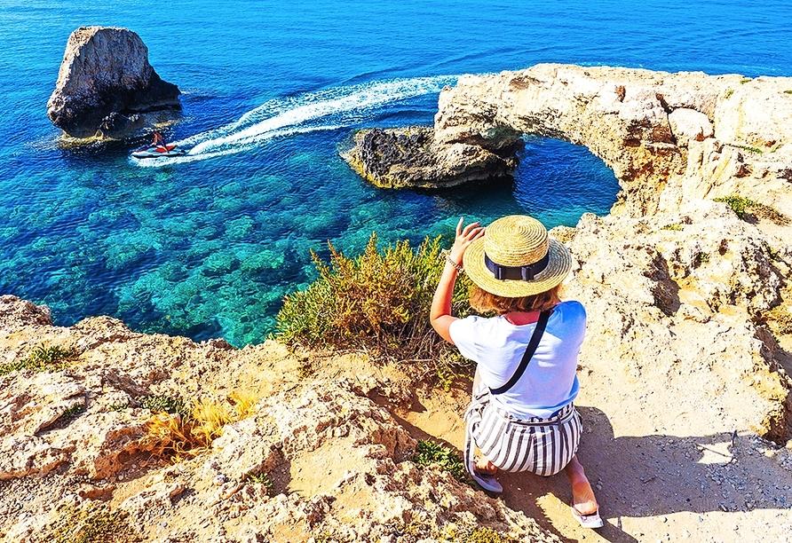 Die sogenannte Love Bridge ist ein beliebtes Fotomotiv und liegt auf dem Weg zum Kap Greko.