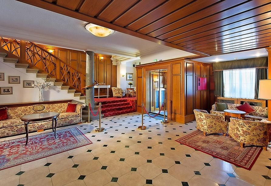 Die einladende Lobby des Wellnesshotels Palmenwald Schwarzwaldhof.