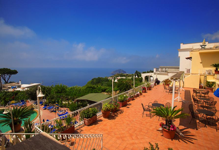 Das Hotel Terme Saint Raphael bietet einen atemberaubenden Blick auf die Maronti-Bucht.