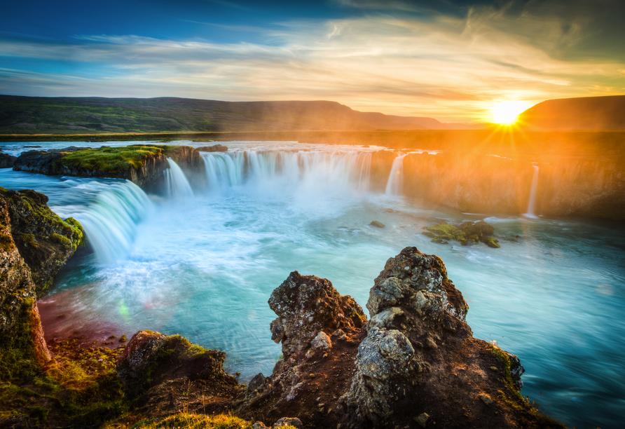 Der berühmte Godafoss Wasserfall bedeutet übersetzt