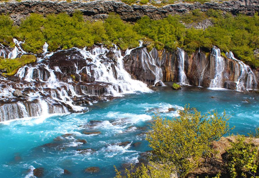 Die Hraunfossars Wasserfälle entspringen dem eindrucksvollen Langjökull Gletscher.