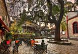 Auch das schöne Dorf Paleos Panteleimonas, das unter Denkmalschutz steht, sehen Sie.