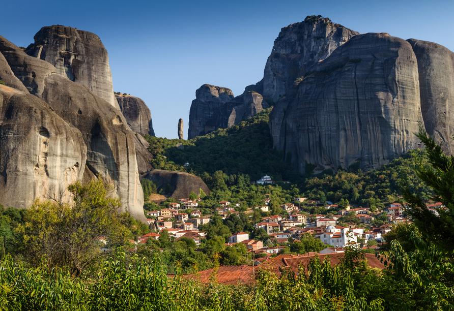 Die kleine Stadt Kalambaka liegt am Fuße der atemberaubenden Meteora-Klöster.