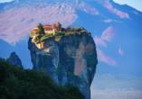 Auf bizarr geformten Sandsteinfelsen thronen die Meteora-Klöster.