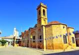 Von außen ist die Johannes Kathedrale in Nicosia eher schlicht gehalten, verbirgt jedoch ein prunkvolles Innere.