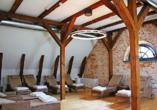 Entspannen Sie im Ruheraum des hauseigenen kleinen Wellnessbereichs.