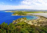Einer der beliebtesten und schönsten Orte des Peloponnes ist die Ochsenbauchbucht oder auch Voidokilia – vergessen Sie Ihre Fotokamera und Badesachen nicht!