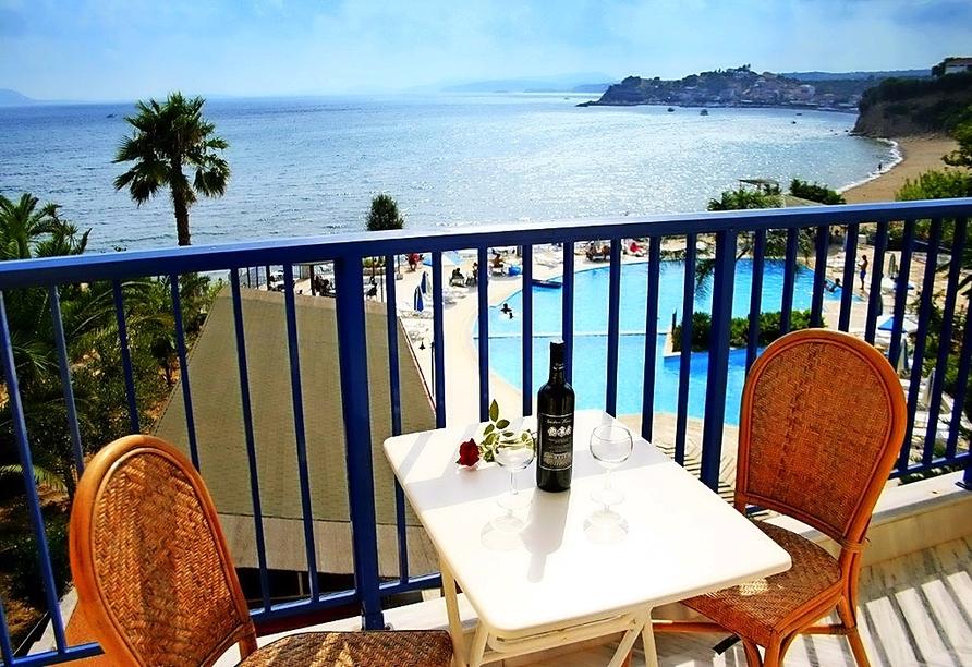 Genießen Sie die Aussicht auf das blaue Meer von Ihrem Balkon des Doppelzimmers Meerblick.