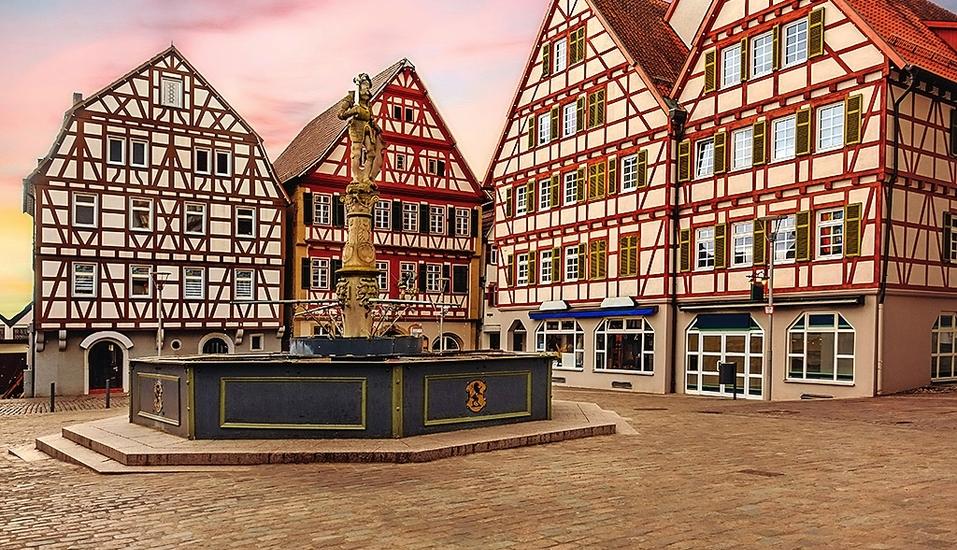 Bunte Fachwerkhäuser umgeben den Marktplatz der Stadt Leonberg.