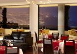 Lassen Sie sich im Restaurant mit schmackhaften Speisen verwöhnen und genießen Sie am Abend einen schönen Blick auf das beleuchtete Funchal.