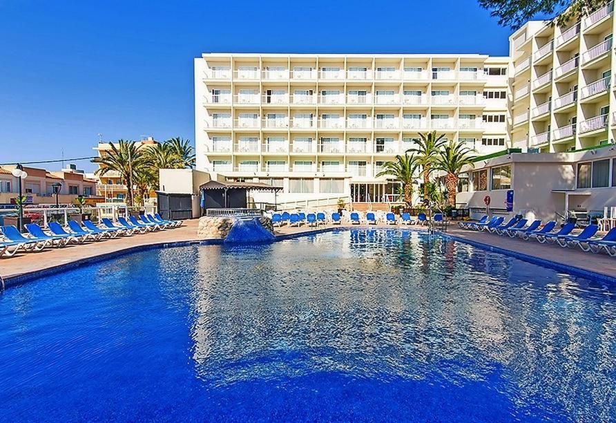 Entspannen Sie im Außenpool des Hotels.