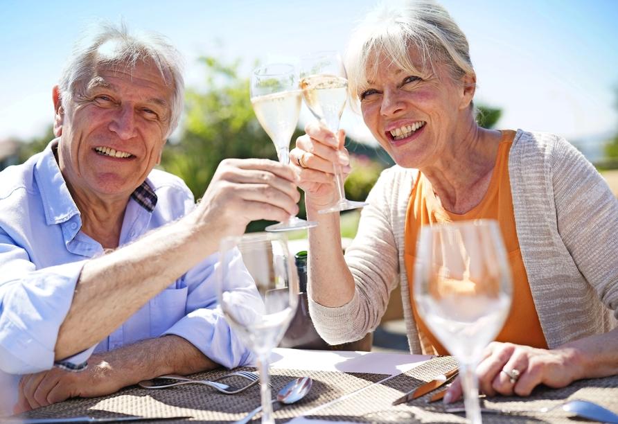 MS VistaSky, Paar trinkt Wein