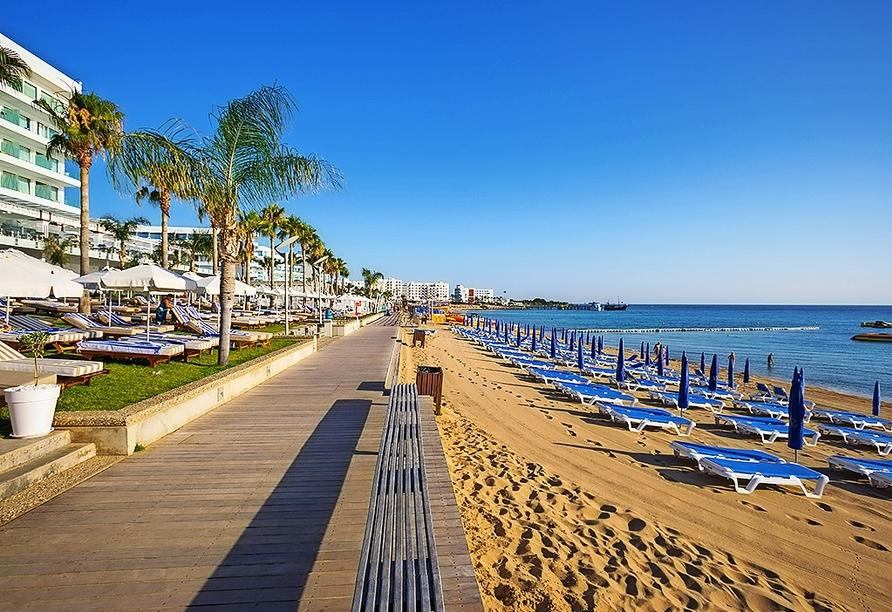 Die Strandpromenade lädt zu Spaziergängen ein.